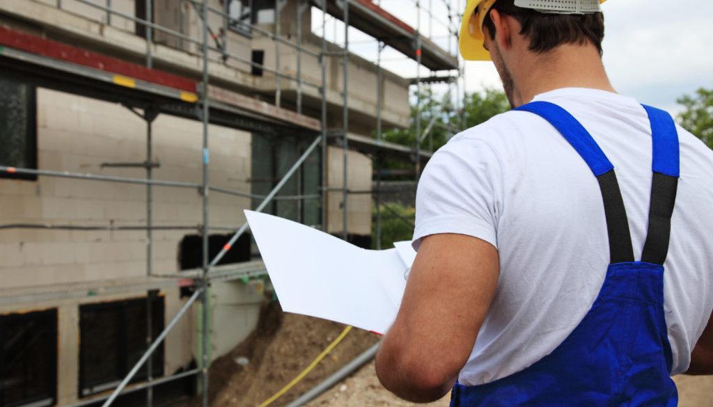Vorarbeiter während Bauabnahme