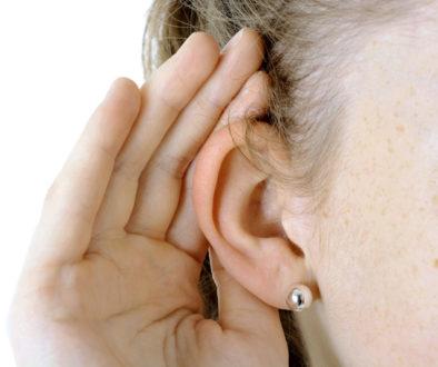 Frau hat Probleme beim Hören und braucht Hörgerät von Akustik